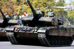 Lenkija į NATO batalioną Latvijoje siųs tankų kuopą
