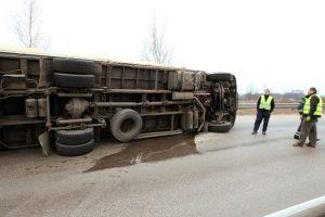 Per plauką nuo tragedijos: Kalvarijos savivaldybėje apvirto dujas vežęs vilkikas