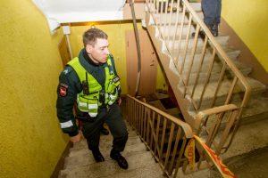 Įžūlus apiplėšimas Eiguliuose: sumušė šeimininką, apvogė ir užrakinę bute pabėgo