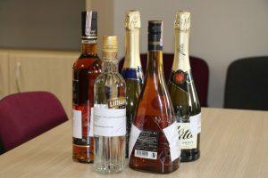 Alkoholinius gėrimus į namus pristatydavo taksistai