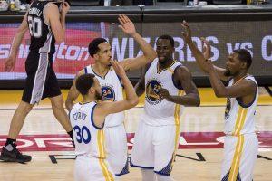 """""""Warriors"""" palaužė """"Spurs"""" ekipą pirmose NBA Vakarų konferencijos finalo rungtynėse"""