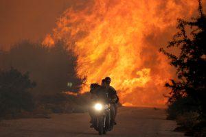 Šalia Atėnų liepsnojantis didelis miško gaisras kelia pavojų namams