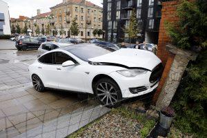 """Prabangi """"Tesla"""" Klaipėdoje rėžėsi į sieną"""