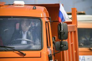 V. Putinas sunkvežimiu pervažiavo naujuoju tiltu į aneksuotą Krymą