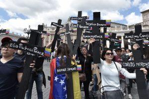 Moterys kyla į kovą prieš Venesuelos prezidentą