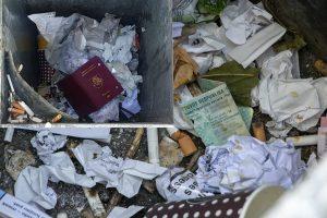 Šiukšlių dėžėje – išmesti klaipėdiečių dokumentai