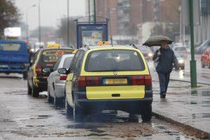 Spalvinti taksi automobilius neatsisakoma