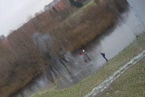 Vaikai drąsiai vaikštinėja ledu