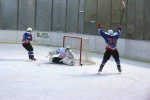 """Vilniaus """"Hockey Punks"""" vos išplėšė tris taškus Rokiškyje"""