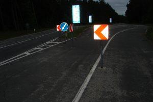 Sprukdamas girtas vairuotojas nulaužė kelio ženklą