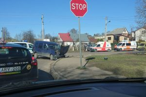 Per avariją Kaune automobilis rėžėsi į tvorą, sužalotas vairuotojas