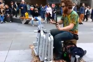 Gatvės muzikantas, grojantis šlepetėmis ir vamzdžiais