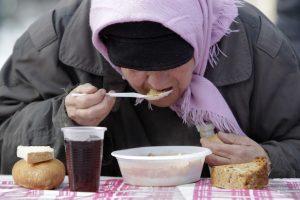 Ministras: ieškoma galimybės dar galiojantį maistą perduoti skurstantiems