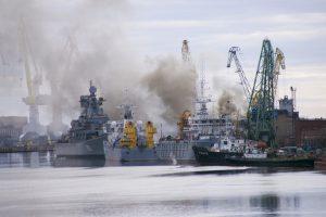 Rusijoje degantis povandeninis laivas gesinamas nardinant jį doke