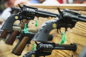 JAV nusišovė dvejų metų berniukas, pratintas elgtis su ginklais