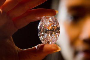 Brangakmenių ekspertas: vyrai deimantų turi daugiau nei moterys