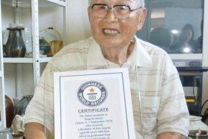 Mokytis niekada nevėlu: universitetą baigė 96 metų japonas