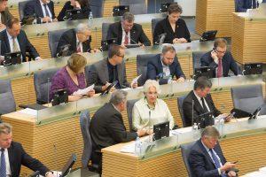 Seimo salėje bus uždrausta ne tik kalbėti telefonu?