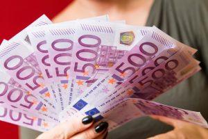 Grynųjų pinigų pataria nelaikyti namuose