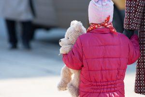 Neįtikėtina: auklė apvogė šeimą ir paliko mažametę mergaitę be priežiūros