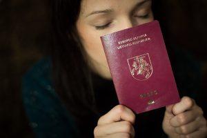 Teisininkai įžvelgia prieštaravimą Konstitucijai dėl dvigubos pilietybės