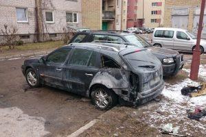 Patruliams teko gesinti degantį automobilį
