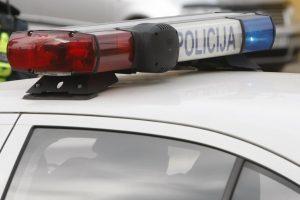 Girtas 20-metis buteliu išdaužė policijos automobilio langą