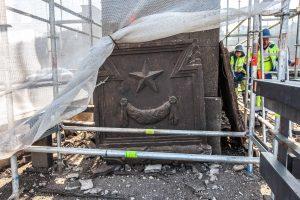 Sovietiniai simboliai nuo Aleksoto tilto bus išdalyti muziejams