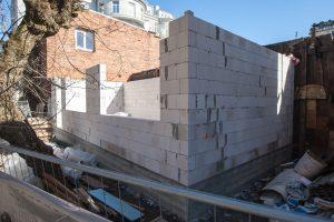 Įžūlios statybos Laisvės alėjoje: sandėliukas virs gyvenamuoju namu?
