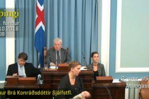 Islandų politikė sakė kalbą parlamente krūtimi maitindama kūdikį