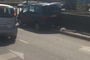 Blogai pasijutęs vairuotojas Birštono g. atsitrenkė į atitvarus