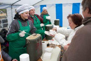 Studentai dalijo sriubą ir kvietė aukoti varguoliams