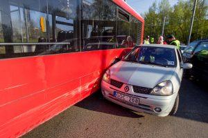 Dėl autobuso ir automobilio avarijos nusidriekė spūstys