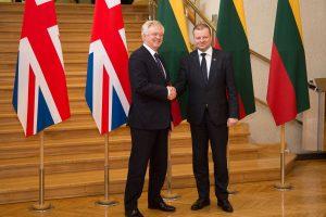 """""""Brexit"""" ministras iš ES tikisi dosnaus susitarimo dėl migrantų"""