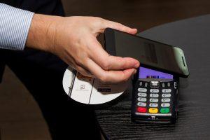 """""""Swedbank"""" pristatė bekontakčius atsiskaitymus telefonu"""