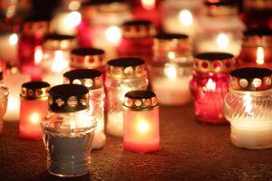 Į Vėlines Bernardinų kapinėse plukdys degančių žvakių upė