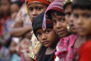 Mianmaras: kavinėse indus plauna kriauklių nesiekiantys vaikai
