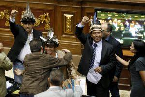 Venesuelos opozicija prisaikdino tris antivyriausybinių pažiūrų deputatus