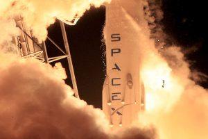 """""""SpaceX"""" paleisti pavyko, nors raketa sudužo"""
