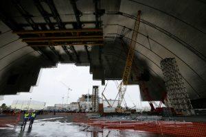 Ant sprogusio Černobylio reaktoriaus pradėtas stumti milžiniškas gaubtas