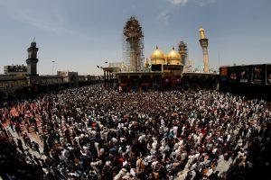 Dešimtys tūkstančių šiitų susirinko prie šventovės Bagdade