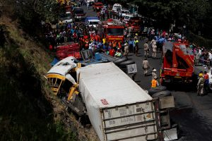 Hondūre per vilkiko ir autobuso avariją žuvo 16 žmonių