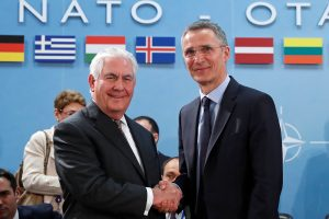 R. Tillersonas paragino NATO sąjungininkes didinti išlaidas gynybai