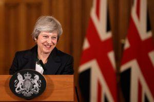 """Britų premjerė bando suvaldyti maištą dėl """"Brexit"""" susitarimo"""