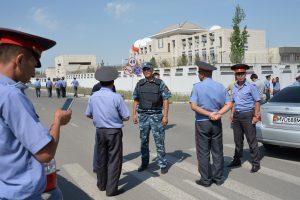 Kirgizijoje per išpuolį prie Kinijos ambasados sužeisti trys žmonės