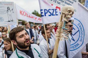 Lenkijoje tūkstančiai gydytojų ir rezidentų atsisako dirbti viršvalandžius