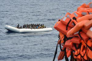 Viduržemio jūroje apvirtus laivui dingo apie 180 migrantų