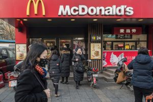 """""""McDonald's"""" parduoda verslo Kinijoje akcijų paketą"""