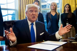 D. Trumpas suskubo kontroliuoti JAV agentūrų komunikaciją