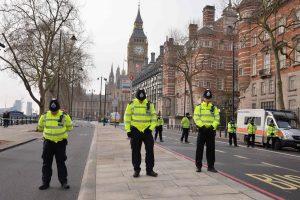 Darbą atnaujinęs Britanijos parlamentas pagerbė išpuolio aukas